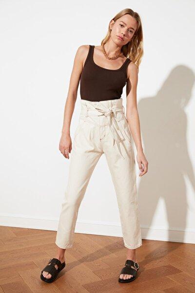 Ekru Kemerli Bel Detaylı Süper Yüksek Bel Mom Jeans TWOSS21JE0095