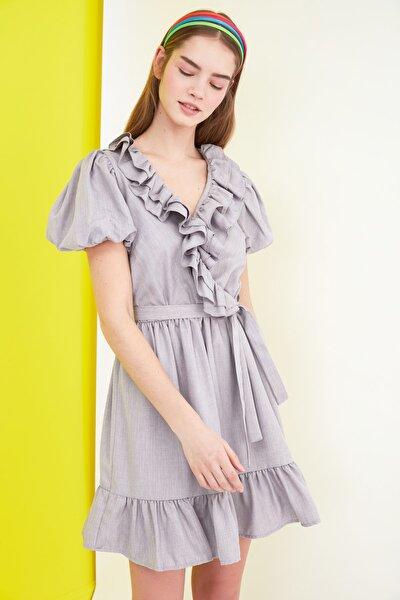 Gri Kuşaklı Volanlı Elbise TWOSS21EL0347