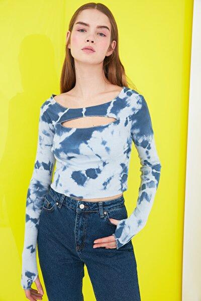 Mavi Batik Cut Out Detaylı Fitilli Örme Bluz TWOSS21BZ0042