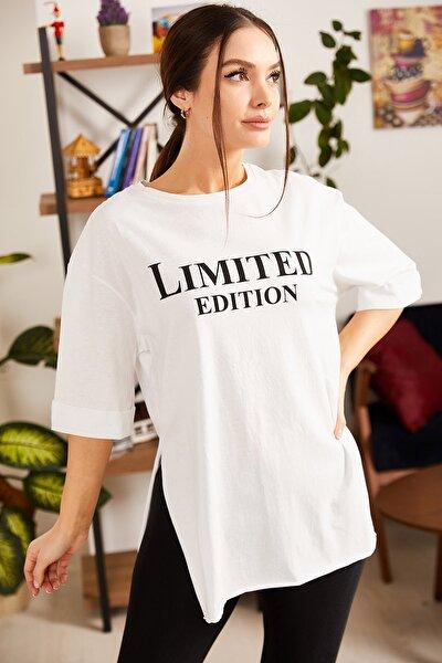 Kadın Beyaz Önü Yazılı Yuvarlak Yaka Yanı Yırtmaçlı T-Shirt ARM-21K012026