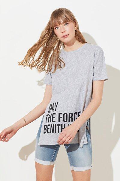 Gri Baskılı Yırtmaç Detaylı Örme T-Shirt TWOSS21TS1237