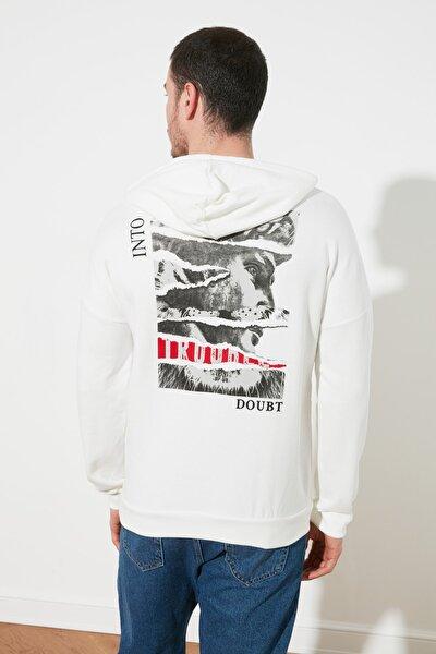 Kırık Beyaz Erkek Slim Fit Kapüşonlu Uzun Kollu Sırt Baskılı Sweatshirt TMNAW20SW0489