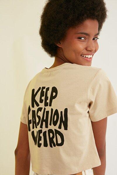 Bej Crop Sırt Baskılı Örme T-Shirt TWOSS21TS2065