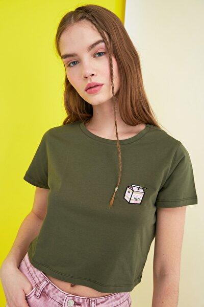 Haki Nakışlı Crop Örme T-Shirt TWOSS21TS0475
