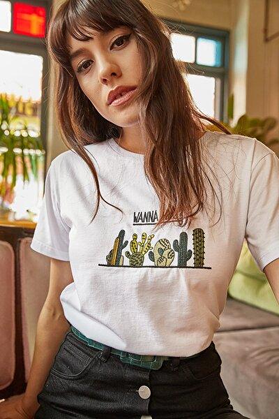 Kadın Beyaz Kaktüs Nakışlı T-shirt TSH-19000132