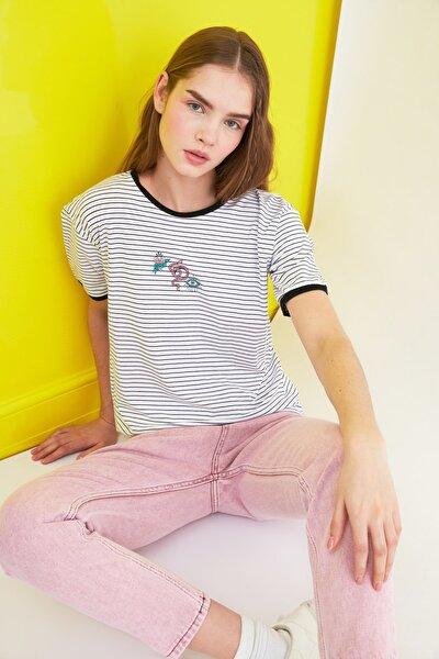 Beyaz Çizgili Nakışlı Semifitted Örme T-Shirt TWOSS21TS0128