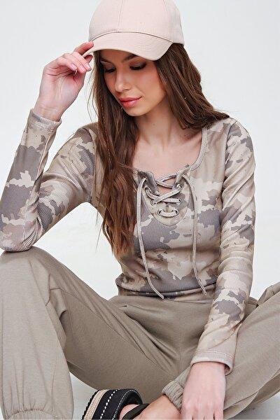 Kadın Kamuflaj Kuş Gözlü Yakası Bağcıklı Fitilli Bluz ALC-X5883
