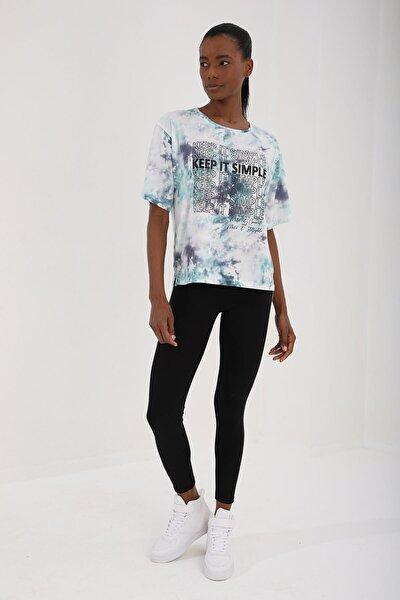 Yeşil Kadın Yazı Baskılı Arkası Uzun Batik Desenli Oversize O Yaka T-shirt - 97127