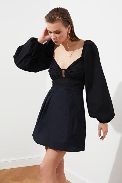 Siyah Dekolte Detaylı  Poplin Bluz TPRSS21BZ0450