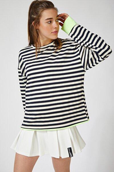 Kadın Siyah Beyaz Renk Detaylı Çizgili Dökümlü Örme Bluz OX00069