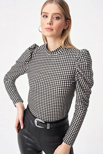 Kadın Siyah Kol Pileli Kazayağı Desen Bluz S-21K3850001