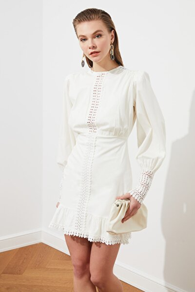Beyaz Aksesuar Detaylı Poplin Elbise TPRSS19FZ0156