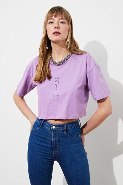 Lila Baskılı Crop Örme T-Shirt TWOSS21TS1597