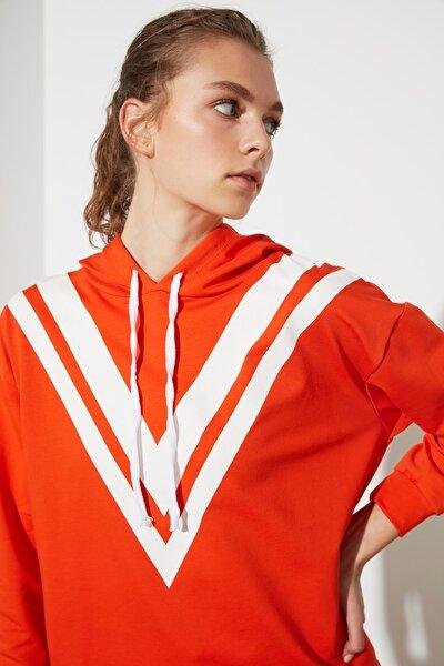 Turuncu Baskılı ve Kapüşonlu Spor Sweatshirt TWOAW21SW0391