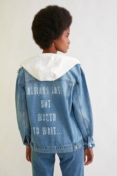 Mavi Arkası Baskı Detaylı Kapüşonlu Denim Ceket