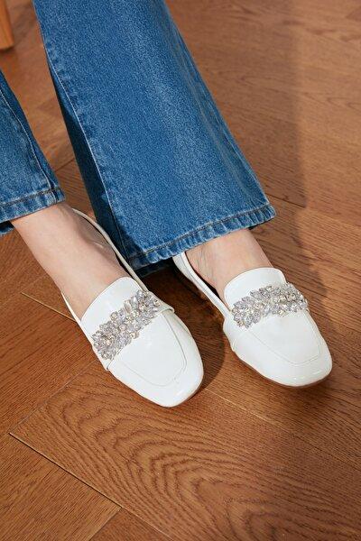 Beyaz Rugan Taşlı Kadın Klasik Ayakkabı TAKSS21KA0003