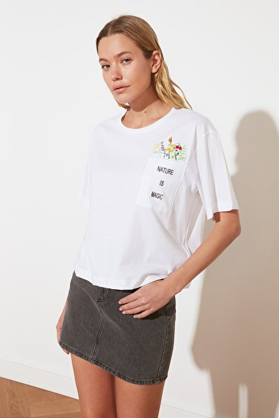 Beyaz Cep Detaylı Nakışlı Boyfriend Örme T-Shirt TWOSS21TS2389