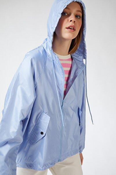 Kadın Gök Mavi Kapüşonlu Yağmurluk Mont NP00026