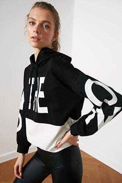Siyah Renk Bloklu Baskılı Kapüşonlu Örme Sweatshirt  Sweatshirt TWOSS21SW0132