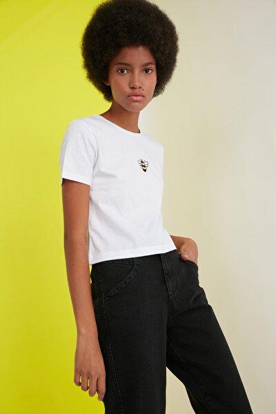 Beyaz Nakışlı Crop Örme T-Shirt TWOSS20TS1377