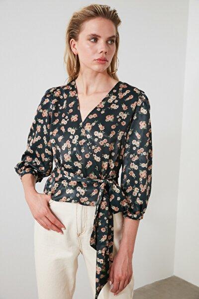 Petrol Çiçek Desenli Bağlama Detaylı Saten Bluz TWOSS20BZ0675
