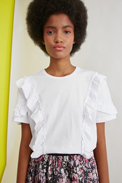 Beyaz Fırfır Detaylı Semifitted Örme T-Shirt TWOSS21TS0701