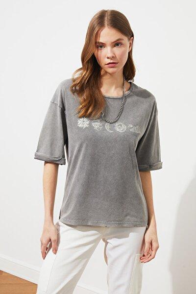 Gri Baskılı ve Yıkamalı Loose Örme T-Shirt TWOSS21TS1102