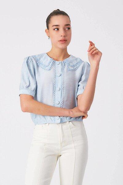 Kadın Mavi Düğme Detaylı Yakası İşlemeli Bluz