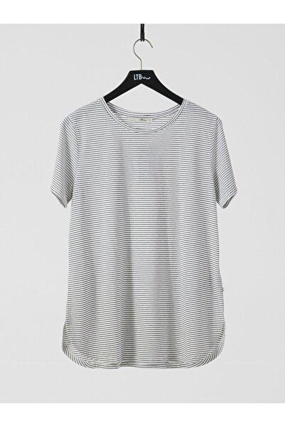 Kadın  Siyah Oversize Çizgili Kısa Kol Geniş Yaka T-Shirt 012218001166300000