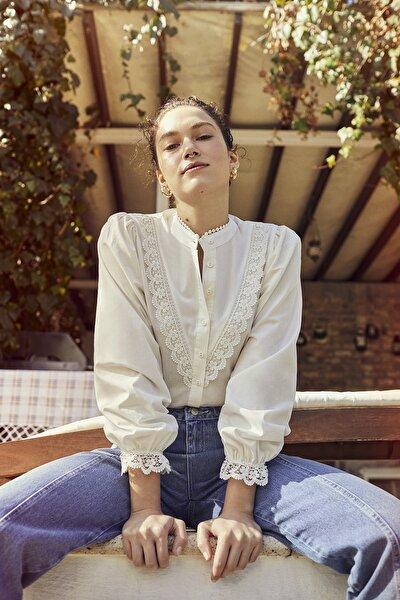 Beyaz İşlemeli Gömlek TWOAW21GO0077