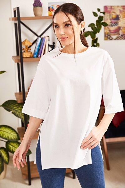 Kadın Beyaz Yuvarlak Yaka Geniş Kollu Yanı Yırtmaçlı T-Shirt ARM-19Y012003