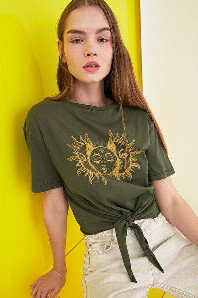 Haki Bağlama Detaylı Baskılı Crop Örme T-Shirt TWOSS21TS0389
