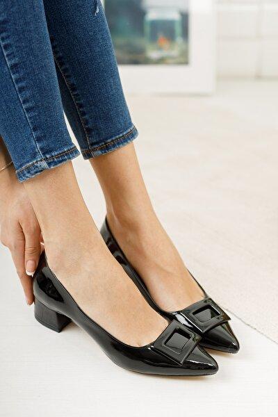 Siyah Rugan Sivri Kalıp Toka Detaylı Kısa Kalın Topuklu Ayakkabı