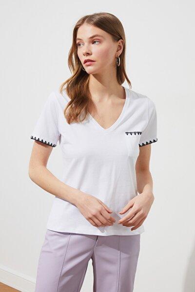 Beyaz Nakışlı Basic V Yaka Örme T-Shirt TWOSS21TS0703