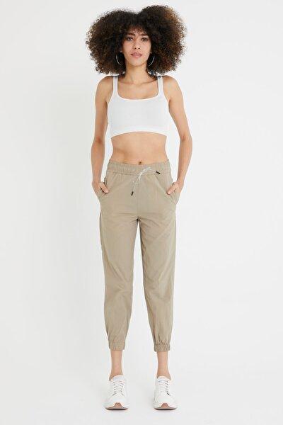 Kadın Kum Beji Dar Kesim Paça Bel Lastikli Paraşüt Kumaş Pantolon