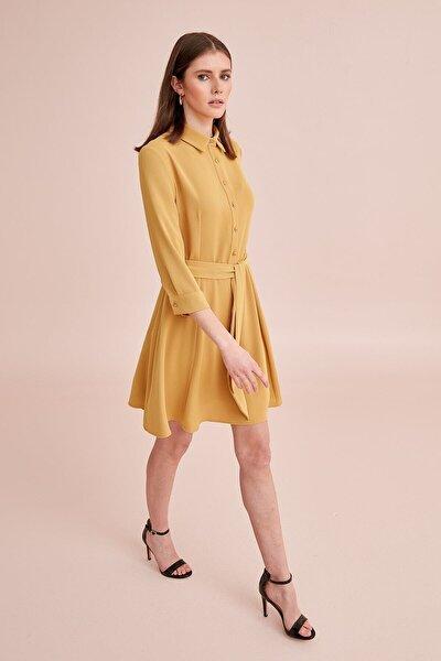 Kadın Sarı Polo Yaka, Yarım Patlı Düğmeli, Belden Kuşaklı, Truvakar Kol Elbise 19KELB111