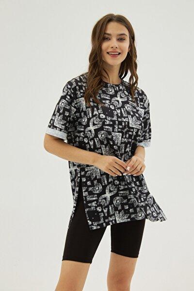 Kadın Siyah Desenli Yırtmaçlı Oversize Kısa Kollu Tişört P21s201-2121