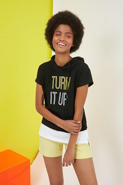 Siyah Baskılı Kapüşonlu Semifitted Örme T-Shirt TWOSS21TS1727