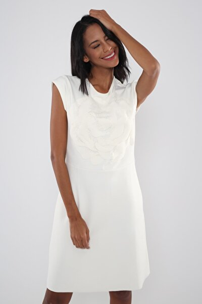 Kadın Beyaz Ön Beden Çiçek Efektli Boncuk İşlemeli Elbise Hn819