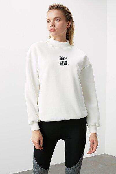 Beyaz Nakışlı Dik Yaka Basic Örme Sweatshirt TWOAW21SW0019