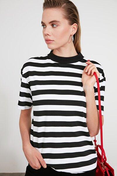Siyah Beyaz Çizgili Dik Yaka Basic Örme T-shirt TWOAW20TS0096