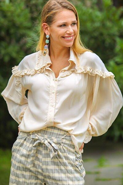 Kadın Krem Retro Omuzları Fırfırlı Düğme Detaylı Bluz