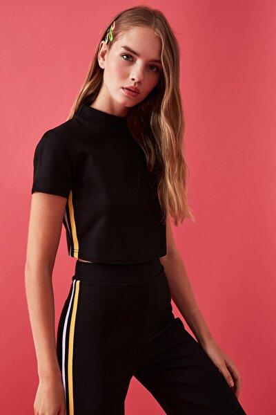 Siyah Şerit Detaylı Dik Yaka Örme Crop Bluz TWOAW20BZ0220