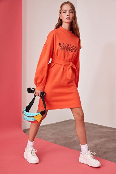 Turuncu Baskılı Bağlama Detaylı Dik Yaka Örme Sweat Elbise TWOAW21EL0242