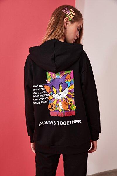 Siyah Tom & Jerry Lisanslı Sırt Baskılı Boyfriend Kapüşonlu Örme Sweatshirt TWOAW21SW0208