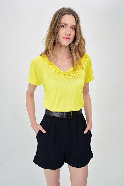 Kadın Sarı Çiçek Detaylı Kısa Kollu T-Shirt Hn1489
