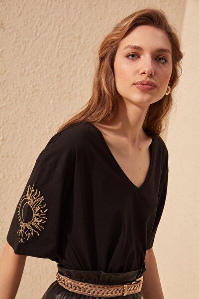 Siyah Kol Nakışlı Loose Kalıp Örme T-Shirt TWOSS20TS0285