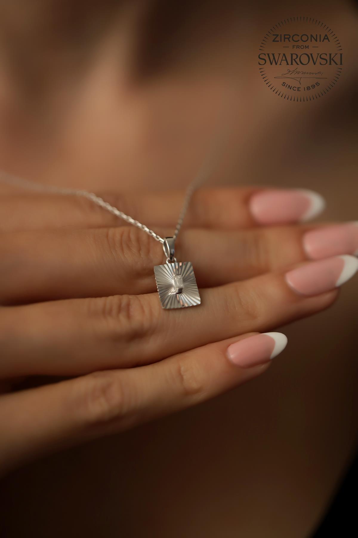 Ninova Silver Kadın Swarovski Taşlı Dikdörtgen Model Gümüş Kolye PKT-SBS0417