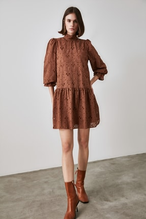 TrendyolMilla Kahverengi Dantel Detaylı Dik Yaka Elbise TWOAW21EL1461