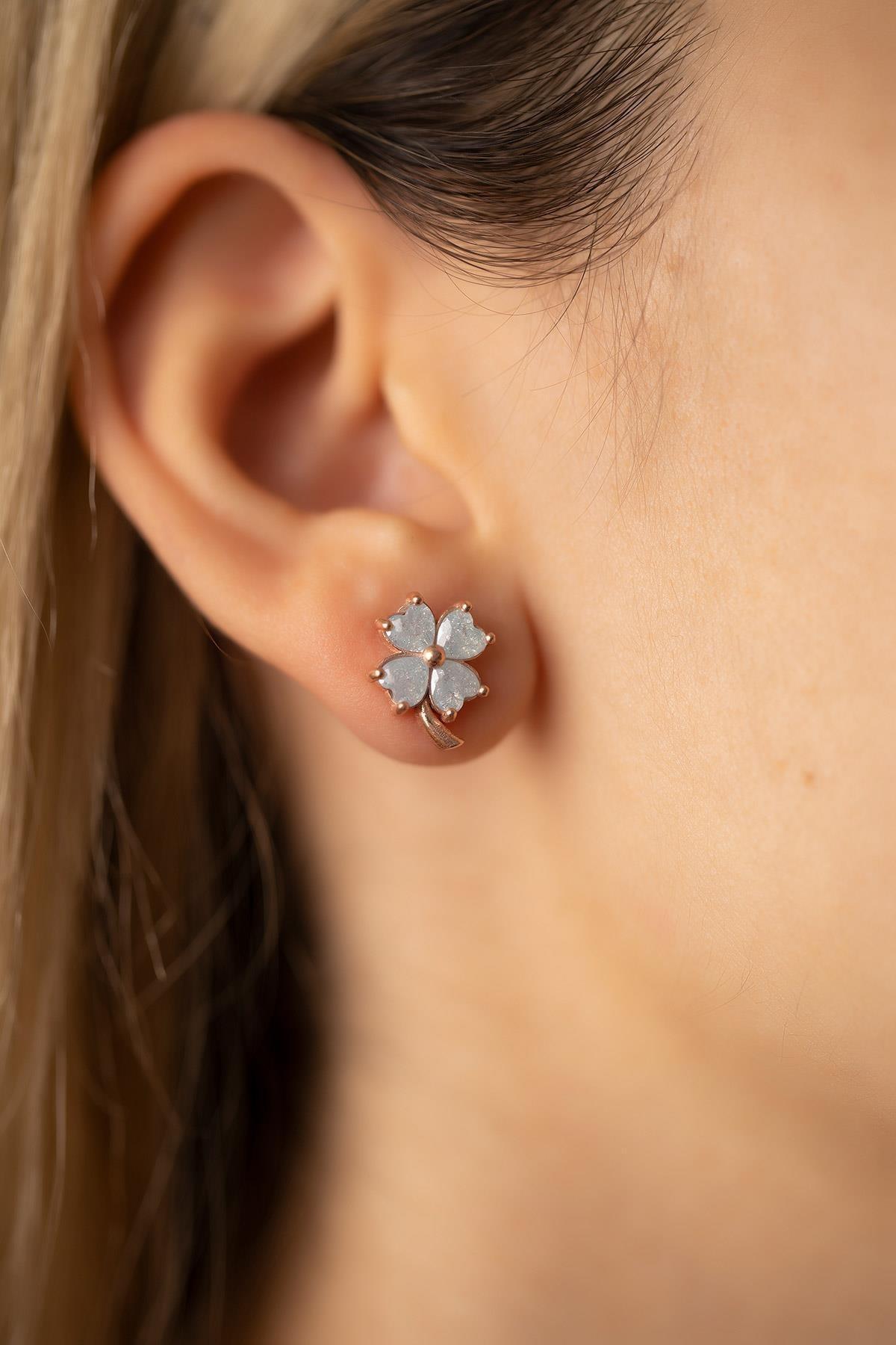 İzla Design Kadın Yonca Model Mavi Kuvars Taşlı Rose Kaplama Gümüş Küpe PKT-TLYSLVR0930